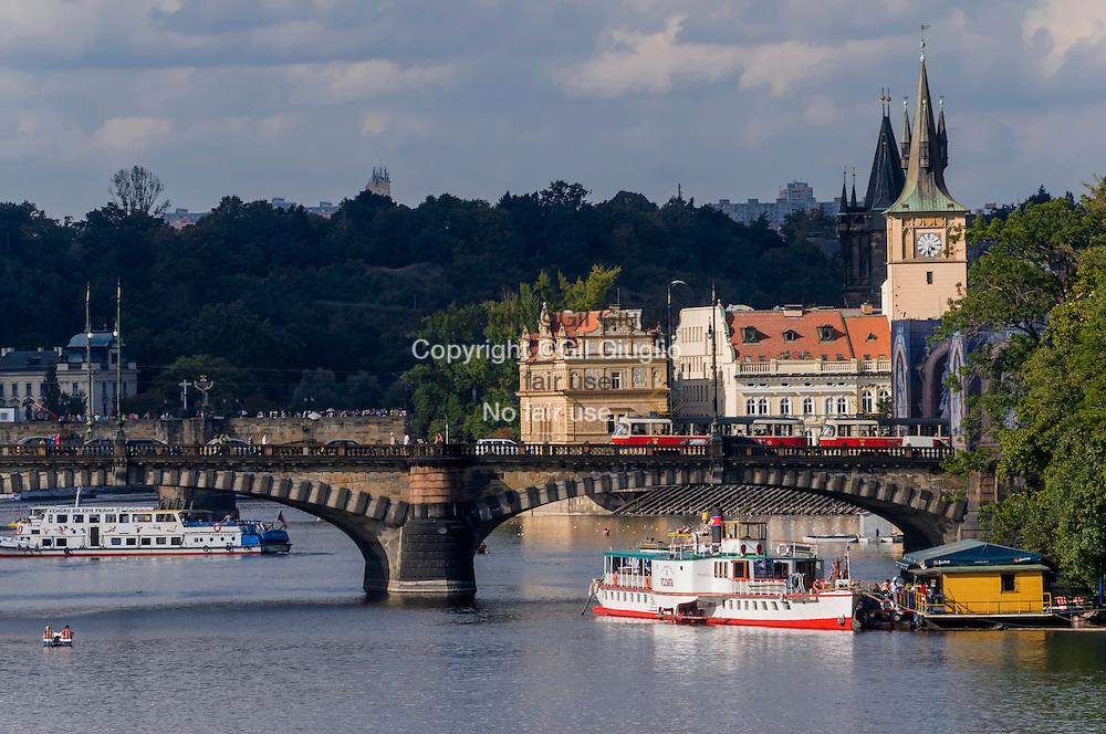République Tchèque, Prague, Staré Mesto, pont Legill et musée Bedricha Smatany sur rivière Vlata depuis pont Jiraskuv  // Czech Republic, Prague, Stare Mesto, Legill bridge and  Bedricha Smetany museum on Vlata river from Jiraskuv bridge