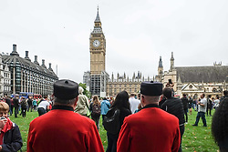 August 21, 2017 - London, United Kingdom - Two Chelsea Pensioners stand in Parliament Square. Big Ben bongs at midday  on 21st August 2017 and is expected to be silent until 2021 except on special occasions such as Remembrance Sunday and New Years Eve. This is so essential repair work can take place. (Credit Image: © Claire Doherty/Pacific Press via ZUMA Wire)