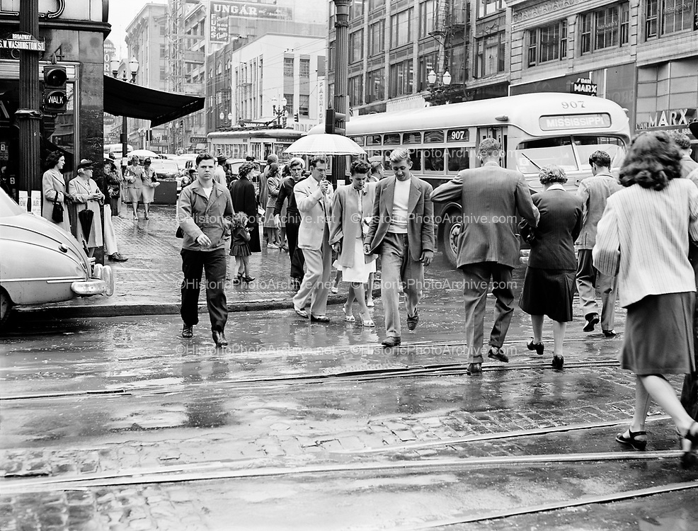 470709.  Broadway & Washington, Portland, looking north in the rain. July 9, 1947.