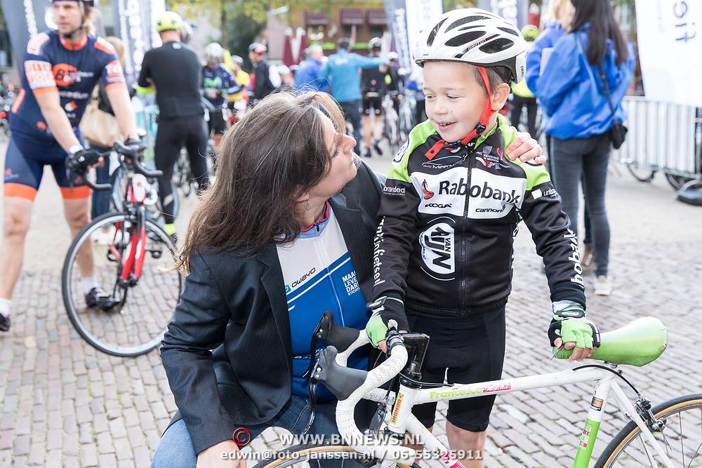 NLD/Amersfoort/20180929 - Bn-er fietsen de Zuiderzee Klassieker 2018, Directeur Maag lever Darmstichting Bernique Tool met de jongste deelnemer