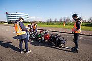 In Delft oefenen atleten Emil Löwik en Kees Cornelissen met het rijden in een ligfietstandem. en In september wil het Human Power Team Delft en Amsterdam, dat bestaat uit studenten van de TU Delft en de VU Amsterdam, tijdens de World Human Powered Speed Challenge in Nevada een poging doen het wereldrecord snelfietsen voor tandems te verbreken met de VeloX TX, een gestroomlijnde ligfiets. Het record staat sinds 2019 op 120,26 km/u<br /> <br /> In Delft athletes Emil Löwe and Kees Cornelissen practise riding a recumbent tandem. With the VeloX TX, a special recumbent bike, the Human Power Team Delft and Amsterdam, consisting of students of the TU Delft and the VU Amsterdam, also wants to set a new tandem world record cycling in September at the World Human Powered Speed Challenge in Nevada. The current speed record is 120,26 km/h, set in 2019.