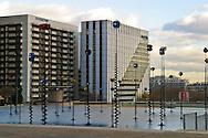 """Il quartiere della Defense, centro finanziario della capitale francese. La scultura """"Signaux"""" (Segnali) di Panayotis Vassilakis Parigi, Francia, Dicembre 2003"""
