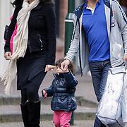 NLD/Laren/20120403 - Wilfred Genee, zwangere partner Lili Pirayesh en dochter Feline aan het winkelen bij een babyzaak