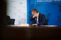 DEU, Deutschland, Germany, Berlin, 05.05.2020: Prof. Dr. Lothar H. Wieler, Präsident Robert Koch-Institut (RKI), hustet in seine Armbeuge bei einem Pressebriefing zum aktuellen Stand der Verbreitung des Coronavirus in Deutschland, Hörsaal des Robert-Koch-Instituts.