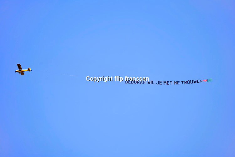 Nederland, Nijmegen, 30-3-2020 Een reclamevliegtuig met op de sleep de tekst : Renate ik wil met je trouwen .Foto: Flip Franssen