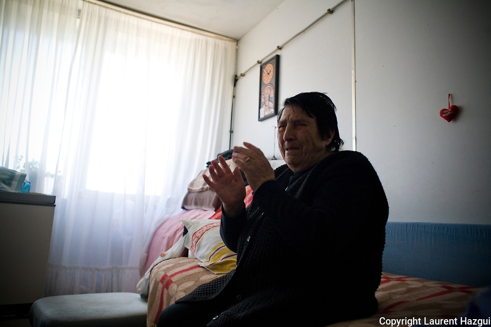 26022008. Shilovo. Famille Ristic. Réfugiés serbes vivant dans une ancienne usine de fruit dans le village de Shilovo (à 5km de la ville moyenne de Gjilane). Ils ont fui pendant les émeutes de 2004 et ont abandonné leurs maisons à Gjilane. Ils ne l'ont jamais revu. La grand-mère pleure en pensant à sa maison située à 5km et à laquelle elle ne plus accéder. Ils ont vécu dans un gymnase pendant 18 mois avant d'atterrir dans cette ancienne usine de fruits, réaménagée en logements, il y a deux ans. Le chômage et le manque de ressources minent les habitants qui ont du mal à envisager l'avenir.