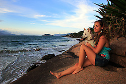 Uma menina com seu cão na beira da Praia da Pinheira, Palhoça-SC.<br /> FOTO: Jefferson Bernardes/Preview.com