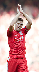 15.08.2010, Anfield, Liverpool, ENG, PL, FC Liverpool vs FC Arsenal, im Bild Liverpool's captain Steven Gerrard MBE applauds the fans after his side's 1-1 draw with Arsenal during the Premiership match at Anfield. l. EXPA Pictures © 2010, PhotoCredit: EXPA/ Propaganda/ David Rawcliffe / SPORTIDA PHOTO AGENCY