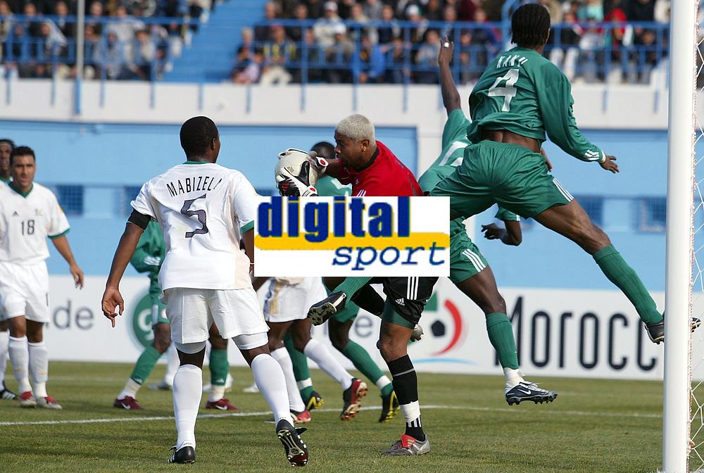 Fotball<br /> African Nations Cup 2004<br /> Afrika mesterskapet 2004<br /> Foto: Digitalsport<br /> NORWAY ONLY<br /> GROUP D - 040131 - NIGERIA v SOUTH AFRICA - EMILE BARON (RSA) / NWANKWO KANU (NIG) - PHOTO JEAN MARIE HERVIO / Digitalsport