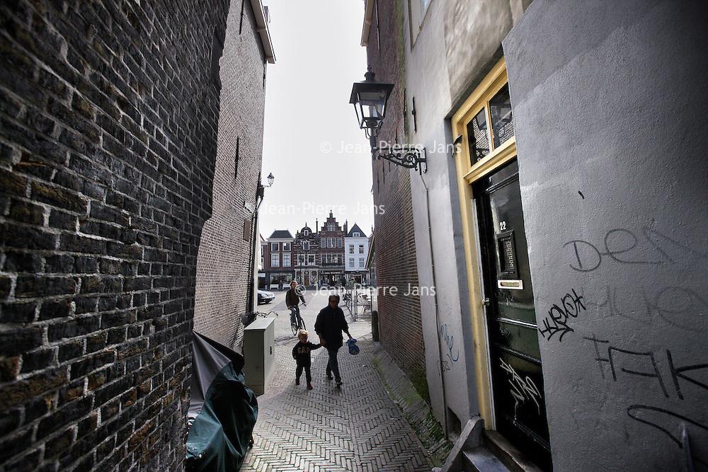 Nederland, Delft , 29 september 2010...Zicht op Markt vanuit steeg..View on the Markt in Delft, the Netherlands