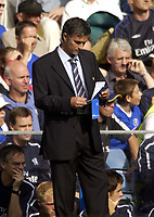 Fotball<br /> Foto: SBI/Digitalsport<br /> NORWAY ONLY<br /> <br /> Date: 28/08/2004<br /> <br /> Chelsea v Southampton FA Barclays Premiership<br /> <br /> Jose Mourinho consults his notebook during the game.