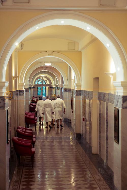 20-09-2015: Hotel Nove Lazne in Marianske Lazne (Marienbad), Tsjechië.<br /> Foto: Badjasgasten