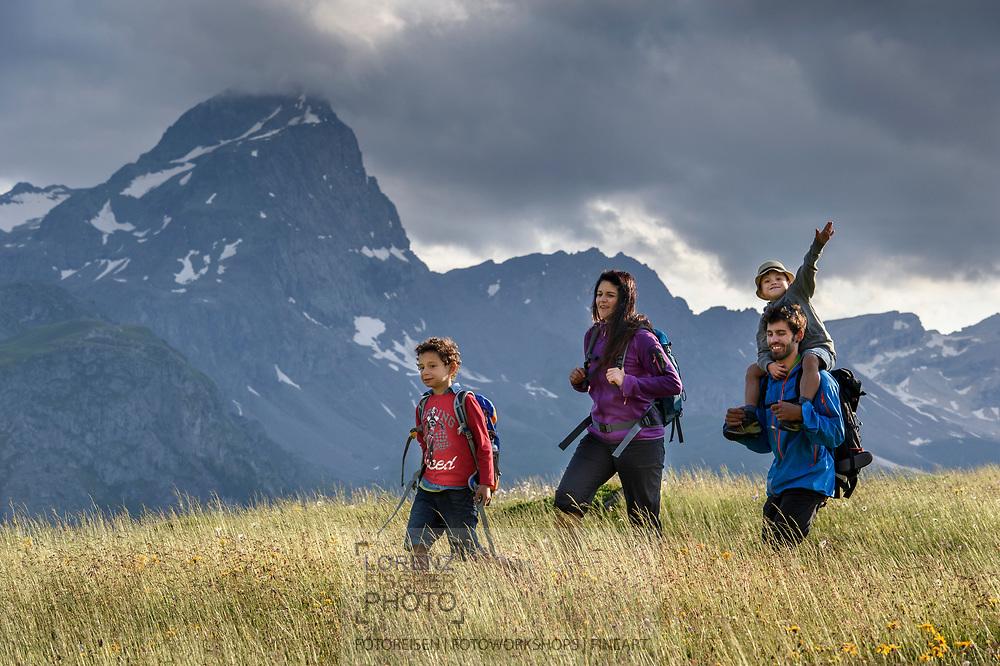 Eine Familie auf der Alp Flix an einem schönen, bewölkten Sommertag mit dem Piz Platta im Blick, Parc Ela, Mittelbuenden, Schweiz<br /> <br /> A family on the Alp Flix on a nice, cloudy Summer day with Piz Platta in sight, Parc Ela, Grisons, Switzerland