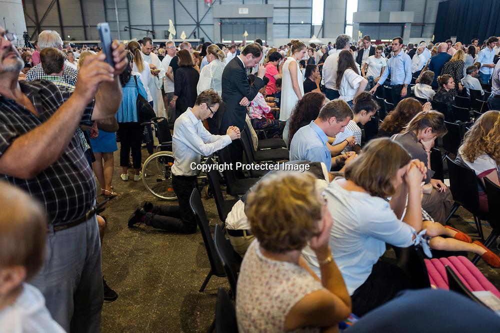 Genève, 21 juin 2018. Visite du Pape François à Genève. Une messe géante qui accuiellera près de 40000 fidèles est organisée à Palexpo. Ambiance faite de joie, de crie, de prière et de recueillement. © Olivier Vogelsang