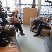 NLD/Amstelveen/20120502 - Lorenzo Lamas geeft boksles, met Janine Schreuder van SBS Shownieuws