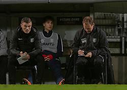 Assistenttræner Mikkel Thygesen og cheftræner Morten Eskesen (FC Helsingør) gør notater under kampen i 1. Division mellem Viborg FF og FC Helsingør den 30. oktober 2020 på Energi Viborg Arena (Foto: Claus Birch).