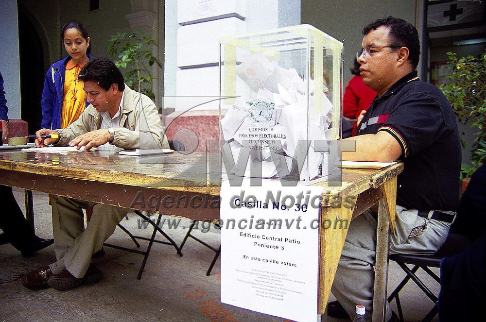 Toluca, Méx.- Sin incidentes graves se llevó a cabo la votación para delegados sindicales en la Universidad Autónoma del Estado de México (UAEM). Agencia MVT/ Mario B. Arciniega