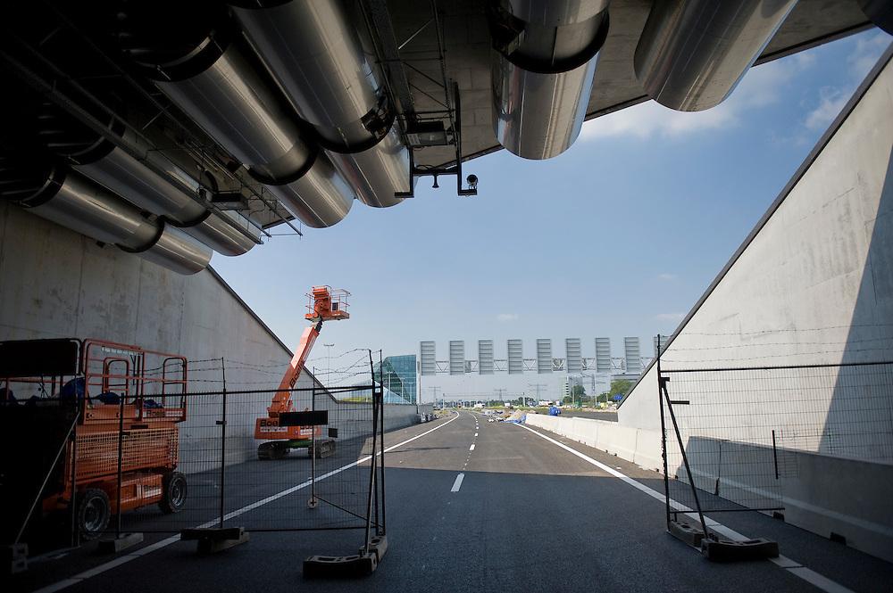 Nederland, Utrecht, 24 juni 2010.Landtunnel bij Utrecht. .Tussen Utrecht en de utrechtse vinexwijk Leidsche Rijn komt de A2 in een tunnel te liggen. De tunnel is inmiddels klaar, maar vanwege beveiligingsproblemen kan het nog twee jaar duren voordat hij in gebruik wordt genomen..Foto (c) Michiel Wijnbergh..