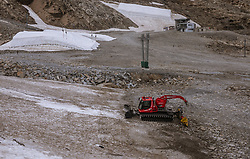 THEMENBILD - ein Pistenbully am Kapruner Kitzsteinhorn Gletscher, aufgenommen am 13. August 2018 in Kaprun, Österreich // a pisten bully on the Kaprun Kitzsteinhorn glacier, Kaprun, Austria on 2018/08/13. EXPA Pictures © 2018, PhotoCredit: EXPA/ JFK