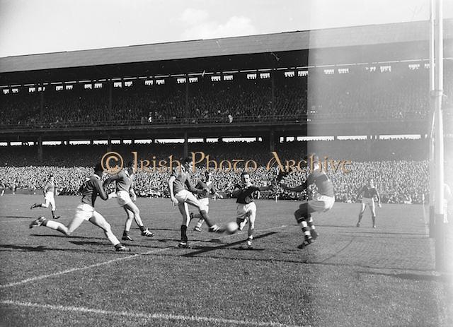 Player kicks ball towards goal during the All Ireland Minor Gaelic Football Final Cork v. Mayo in Croke Park on 24th September 1961.