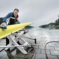 Nederland, Amsterdam , 24 augustus 2011..Henk Jan Zwolle, oud Olympisch kampioen roeien, maakt de onderkant van een boot schoon voor bij het boothuis van de roeivereniging bij de bosbaan in Amstelveen.Foto:Jean-Pierre Jans