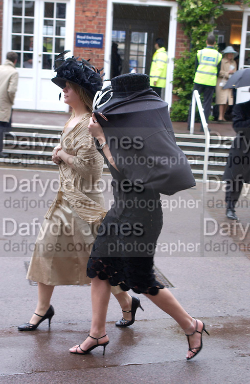 Catherine Dare and Laura Smith. Royal Ascot Race meeting Ascot at York. Wednesday, 15 June 2005. ONE TIME USE ONLY - DO NOT ARCHIVE  © Copyright Photograph by Dafydd Jones 66 Stockwell Park Rd. London SW9 0DA Tel 020 7733 0108 www.dafjones.com