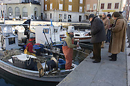 Trieste, Pescatori vendono al dettaglio nel porticciolo di Muggia. Trieste, retailing Fishermen in the port of Muggia.