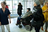 Lomza, 19.03.2020. Protest mieszkancow i pracownikow szpitala przeciwko przeksztalceniu Szpitala Wojewodzkiego w Lomzy w jednoprofilowy szpital zakazny. Zdaniem protestujacych szpital nie jest na przygotowany oraz pozbawi to mieszkancow Lomzy i powiatu lomzynskiego opieki medycznej w naglych przypadkach ( jest to jedyny szpital w tym 60 tys. miescie ) N/z protestujacy w szpitalu fot Michal Kosc / AGENCJA WSCHOD