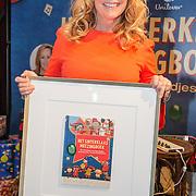 NLD/Amsterdam/20151120 - Angela Groothuizen lanceert het grote Sinterklaas Meezingboek , Angela Groothuizen met haar eerste boek