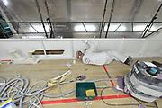 Nederland, Urk, 9-5-2017Werf voor ombouw en onderhoud aan grote jachten en kleine vissersschepen.De werf is bezig met het ombouwen van het interieur van luxe jachten. Een schilder schildert de boarding.Foto: Flip Franssen