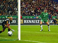 Fotball<br /> VM-kvalifisering<br /> 09.10.2004<br /> Foto: BPI/Digitalsport<br /> NORWAY ONLY<br /> <br /> Frankrike v Irland 0-0<br /> <br /> John O'Shea watches his shot scrape the post