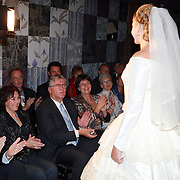 NLD/Mijdrecht/20070901 - Modeshow Jaap Rijnbende najaar 2007, Peter Willems en partner Rita Verdonk kijken naar hun dochter Anna Verdonk