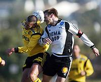 Fotball, La Manga, Spania. 26. februar 2002. Lillestrøm - Stabæk 1-0. Clayton Zane, Lillestrøm, i duell med Erik Hoftun, Rosenborg.