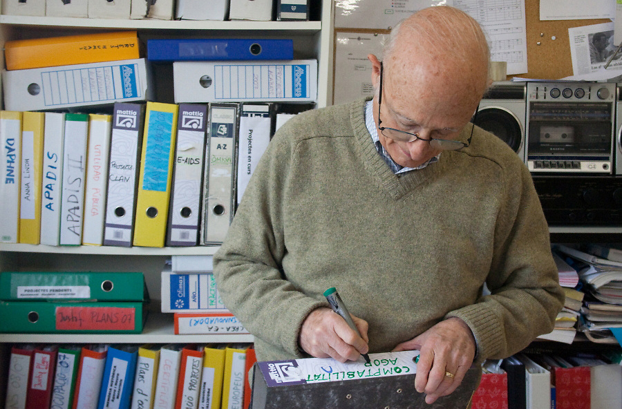 Joaquín (Catalonia, 71), just graduated in sociology and collaborates in the school as accountant. He also helps the people over 25 to prepare the exam which enables them to enter university.