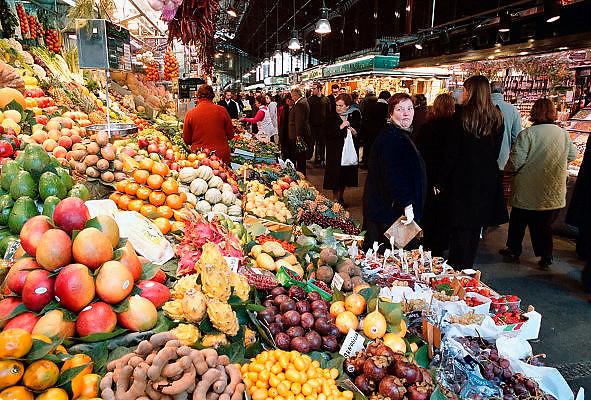 Spanje, Barcelona, 10--1-2004..Overdekte markt, boqueria, groente en fruit verkoop. Ook tropische en speciale soorten...Foto: Flip Franssen