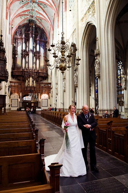 Nederland, Den Bosch, 23 okt 2009.Sint Jan Kathedraal den Bosch.Bruiloft. Een vader leidt  zijn dochter naar het altaar, voorafgegaan door geestelijken..Foto (c) Michiel Wijnbergh..wedding. Father brings his son to the altar, preceded by priests.
