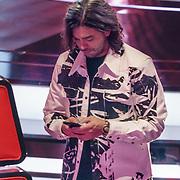 NLD/Hilversum/20190201- TVOH 2019 1e liveshow, Waylon aan het sms'en op zijn telefoon