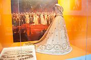 Ingehuldigd! De Oranjes en De Nieuwe Kerk. In de Nieuwe Kerk Amsterdam is een eenmalige tentoonstelling over de koninklijke inhuldigingen. Precies honderd dagen lang staan in de kerk de feestelijke en plechtige inhuldigingen van zeven generaties Oranjes centraal. Van de koningen Willem I, II en III, de koninginnen Wilhelmina, Juliana en Beatrix tot en met koning Willem-Alexander.<br /> <br /> Inaugurated! The Orange and New Church. In the New Church Amsterdam is a one-time exhibition on the royal investitures. Exactly one hundred days in the Church the festive and solemn inaugurations of seven generations of Orange Central. The kings William I, II and III, the queens Wilhelmina, Juliana and Beatrix to King Willem-Alexander.<br /> <br /> Op de foto / On the photo:  Inhuldigingsjurk van koningin Wilhelmina (1898) / Inauguration Dress Queen Wilhelmina (1898)