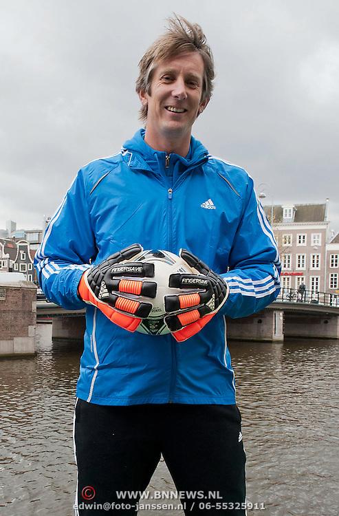 Als onderdeel van een adidas-campagne verruilde Edwin van der Sar vandaag het voetbalveld voor de Amsterdamse grachten. Staande op een sloep verdedigde de legendarische oud-keeper zijn goal, terwijl voetbalfans vanaf de kant van de Keizersgracht een poging waagden om te scoren. Via social media werden de fans opgeroepen mee te doen met de actie en pas last-minute kregen ze te horen waar en hoe laat het plaatsvond. Zij die er het snelst voor renden, mochten schieten. Als je scoorde kreeg je, naast eeuwige roem, de bal waarmee je scoorde, een paar schoenen en een Meet & Greet met Van der Sar en de Ajacieden Vurnon Anita en Kolbeinn Sightorsson, die ook aanwezig waren. Foto JOVIP/JOHN VAN IPEREN