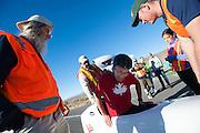 Jun Nogami in the Completely Overzealous 2. In Battle Mountain (Nevada) wordt ieder jaar de World Human Powered Speed Challenge gehouden. Tijdens deze wedstrijd wordt geprobeerd zo hard mogelijk te fietsen op pure menskracht. Ze halen snelheden tot 133 km/h. De deelnemers bestaan zowel uit teams van universiteiten als uit hobbyisten. Met de gestroomlijnde fietsen willen ze laten zien wat mogelijk is met menskracht. De speciale ligfietsen kunnen gezien worden als de Formule 1 van het fietsen. De kennis die wordt opgedaan wordt ook gebruikt om duurzaam vervoer verder te ontwikkelen.<br /> <br /> Jun Nogami in the CO2. In Battle Mountain (Nevada) each year the World Human Powered Speed Challenge is held. During this race they try to ride on pure manpower as hard as possible. Speeds up to 133 km/h are reached. The participants consist of both teams from universities and from hobbyists. With the sleek bikes they want to show what is possible with human power. The special recumbent bicycles can be seen as the Formula 1 of the bicycle. The knowledge gained is also used to develop sustainable transport.