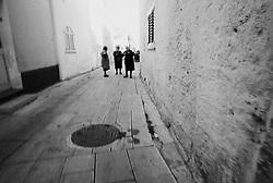 Reportage sviluppato ad Alessano (LE). Viene presa in considerazione fotograficamente, la gente che popola il paese nei suoi bar, piazze, strade, giardini pubblici. Ed, insieme a questa, i particolari e gli eventi caratterizzanti il luogo...frazione di Montesardo.anziane donne discutono per strada...
