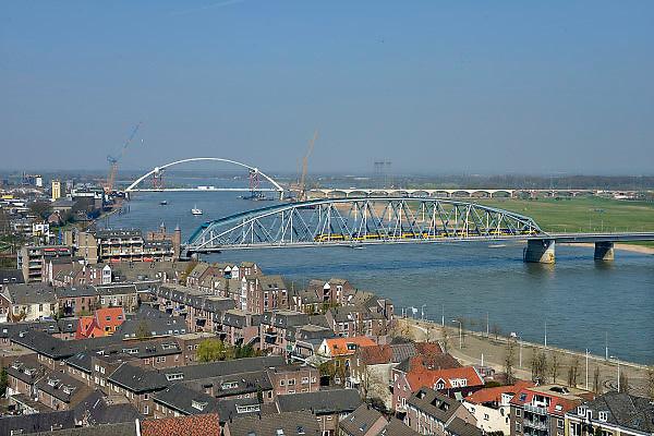 Nederland, Nijmegen, 22-04-2013De Nijmeegse stadsbrug De Oversteek is over de Waal gelegd en rust zijn pijlers.  De Oversteek is een boogbrug van 285 meter lang en 60 meter hoog en is de op een na langste hoofdoverspanning van Nederland, en de grootste boogbrug van Europa met een enkelvoudige boog. De nieuwe brug moet zorgen voor een betere spreiding en doorstroming van verkeer binnen de stad Nijmegen. Na 75 jaar is er eindelijk een tweede vaste oeververbinding voor de stad. De oude waalbrug krijgt vanaf eind dit jaar groot onderhoud, waarna de volle capaciteit van beide bruggen pas gebruikt kan worden. De skyline van de stad is voorgoed veranderd.Foto: Flip Franssen/Hollandse Hoogte