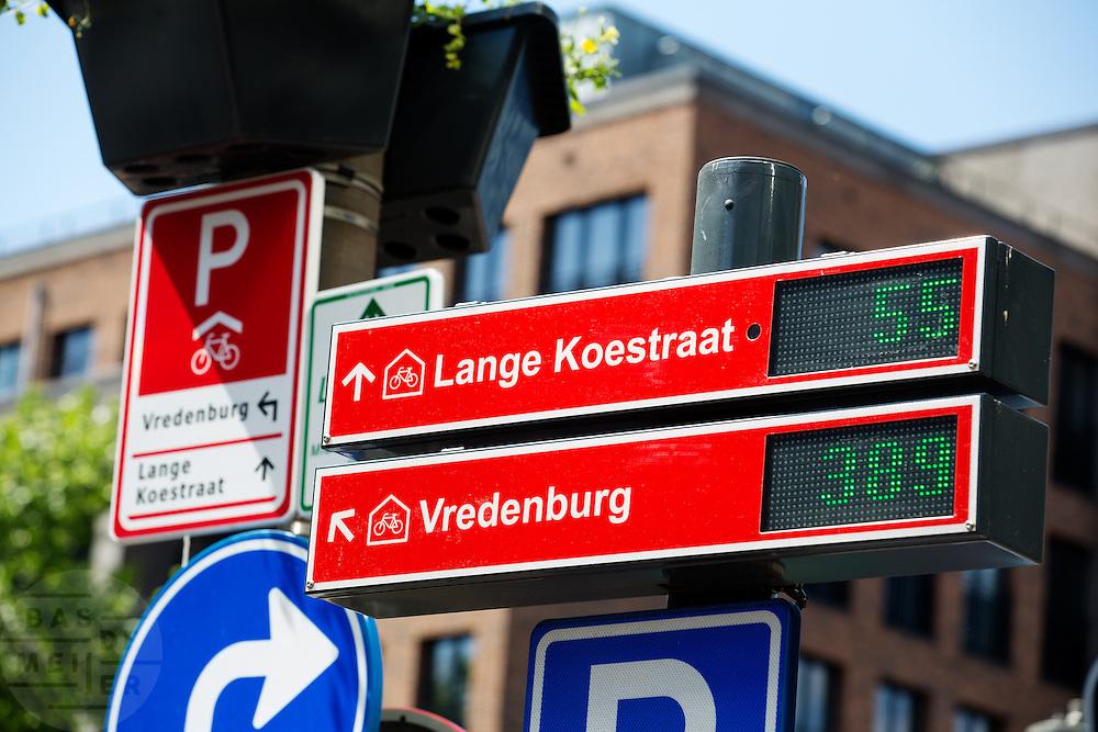In Utrecht is de eerste P-route voor fietsers ter wereld in gebruik genomen. Het parkeerverwijssysteem geeft aan in welke fietsenstalling nog ruimte is. In totaal zijn zo'n twintig digitale borden geplaatst, die aangeven hoeveel vrije plekken er nog zijn en aangeven waar de dichtstbijzijnde stalling is.<br /> <br /> In Utrecht the first P-route for cyclists in the world is put into use. The parking signage indicates in which bicycle shed is still room. In total twenty digital signs are installed, which indicate how many free spaces there are, and show the route to the closest bike shed.