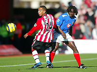 Fotball<br /> Premier League England 2004/2005<br /> Foto: BPI/Digitalsport<br /> NORWAY ONLY<br /> <br /> Southampton v Portsmouth<br /> 13/11/2004<br /> <br /> Dexter Blackstock of Southampton (L) watches Linvoy Primus play the ball past him.
