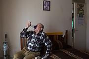 Pedro Rocha, 66 años, ex trabajador de ENAMI, actualmente Codelco, una planta de fundición de cobre. Pedro usa medicamentos para controlar su fibrosis pulmonar.  <br /> <br /> Quintero, Chile, 26 de agosto de 2018