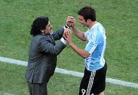 Fotball<br /> VM 2010<br /> 17.06.2010<br /> Argentina v Sør Korea<br /> Foto: Witters/Digitalsport<br /> NORWAY ONLY<br /> <br /> v.l. Trainer Diego Maradona, Gonzalo Higuain (Argentinien)<br /> Fussball WM 2010 in Suedafrika, Vorrunde, Argentinien - Suedkorea 4:1