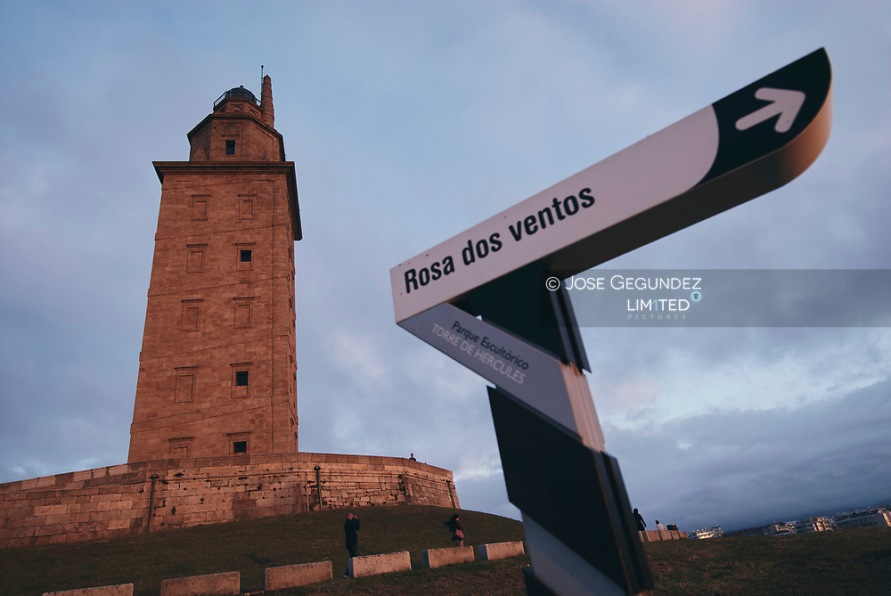 A Coruña. Torre de Hercules. La Torre de Hercules es una torre y faro situado en la peninsula de la ciudad de A Coruña, en España. Su altura total es de 68 m. Tiene el privilegio de ser el unico faro romano y el mas antiguo en funcionamiento del mundo.<br /><br />Hay varias leyendas relacionadas con su construccion. Una de ellas cuenta que Hercules llego en barca a las costas que rodean actualmente la Torre, y que fue precisamente alli el lugar donde enterro la cabeza del gigante Gerion, despues de vencerle en combate.