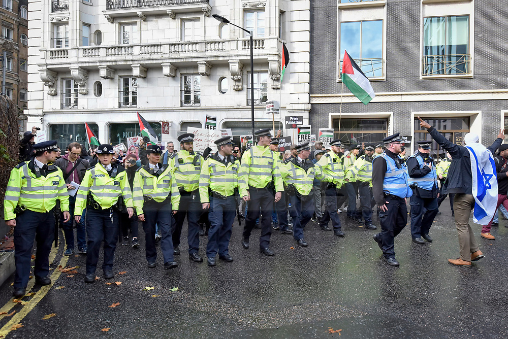 """© Licensed to London News Pictures. 04/11/2017. London, UK.  Pro-Israel protesters show their opposition to the """"Justice Now: Make It Right For Palestine"""" demonstration in central London which demands justice and equal rights for Palestinians on the centenary of the Balfour Declaration.  Photo credit: Stephen Chung/LNP"""