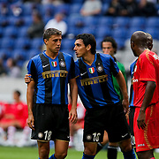 NLD/Amsterdam/20080808 - LG Tournament 2008 Amsterdam, FC Internazionale v Sevilla FC, Nicolas Burdisso in gesprek met Hernan Crespo