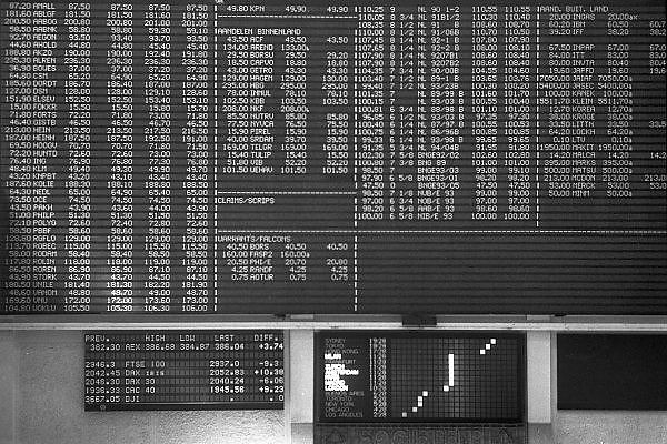 Nederland, Amsterdam, 15-6-1994Amsterdamse effectenbeurs. Computers deden mondjesmaat hun intrede, er werd met vaste telefoons en faxapparaten gewerkt. Op het koersenbord staan de bedragen in guldens. Sommige bedrijven bestaan niet meer.Foto: Flip Franssen/Hollandse Hoogte